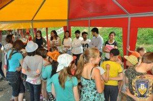 Volontery-inozemtsi-ditiam-16068290-300x199