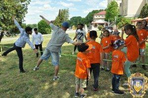 Volontery-inozemtsi-ditiam-16068299-300x199