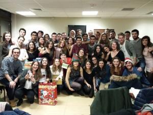 А це різдвяна вечеря та обмін подарунками. На фото студенти медицини з Іспанії, Італії, Франції, Португалії, Румунії, Німеччини, Греції та України.