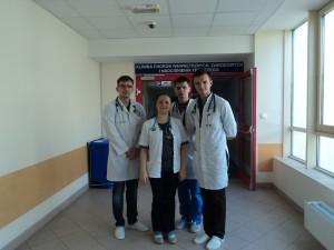 Перед входом до терапевтичного відділення з керівником практики з терапії, вихідцем з України Оксаною Журавською