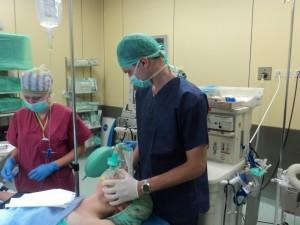 Рижковський Андрій, ст.5 курсу, вентилює пацієнта