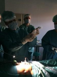 Підготовка сітчастого імплантатнта під час операції ТЕР при паховій грижі
