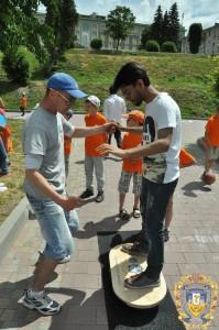 Volontery-inozemtsi-ditiam-16068319