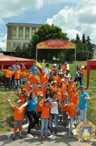 Volontery-inozemtsi-ditiam-16068406