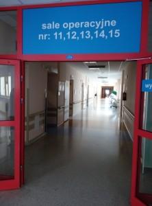 У операційному блоці, де знаходяться операційні кімнати різних відділень.